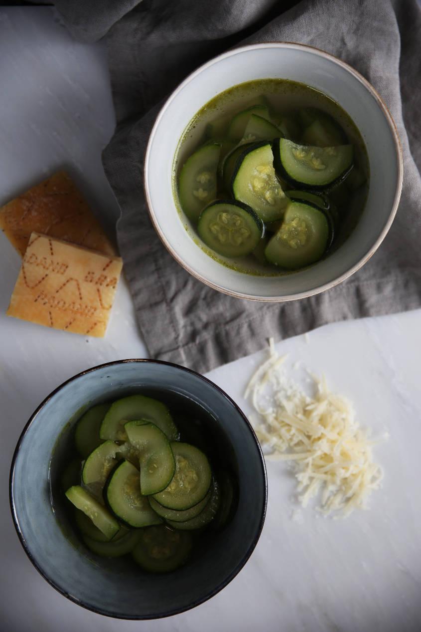 Zucchini soup | Bowls by Broste Copenhagen | Linens by LinenMe - Thais FK