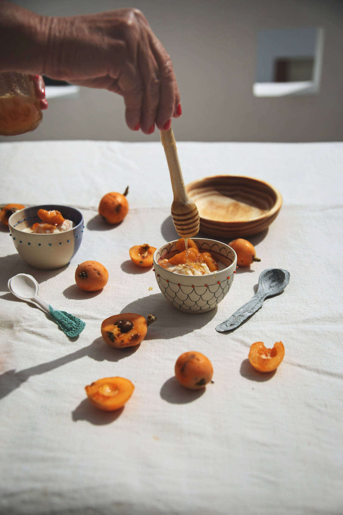 Eucalyptus honey medlar ice cream | No-churn ice-cream | on Due fili d'erba | Two blades of grass | Thais FK | Ceramics by Anna Westerlund | Honey dipper and wooden bowl by Gradirripas | #tkabroad | Portuguese recipe | Tastes from Portugal | Wine from Portugal: Moscatel