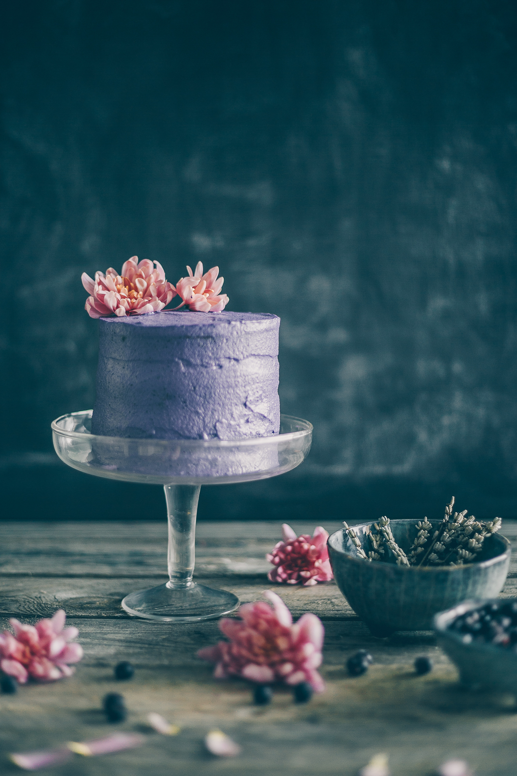 Thais FK Photographer Recipe Developer & Content Creator | Valokuvaaja Ruokataiteilija & Sisällöntuottaja Thais FK | Blueberry lavender crunchy cake (gluten free, dairy free) | Collaboration with Smeg Nordic | on Due fili d'erba | Two Blades of Grass | Photos, styling and recipe by Thais FK